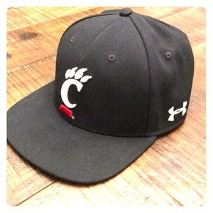 Under Armour Black UC Fitted (M/L) Flat Billed Hat